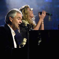 Andrea Bocelli y Tori Kelly durante su actuación en los MTV EMA 2015
