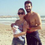 Yoli y Jonathan de 'GH 15' en la playa con su hija Valeria