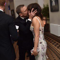 Daniel Craig y Rachel Weisz besándose en el estreno de 'Spectre'