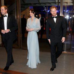 Los Duques de Cambridge y el Príncipe Harry en el estreno de 'Spectre'