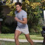 Zac Efron corriendo en el rodaje de 'Malditos Vecinos 2'