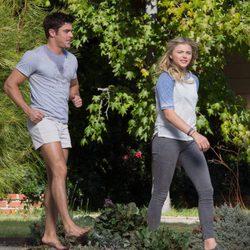 Zac Efron y Chloe Moretz en el rodaje de 'Malditos Vecinos 2'
