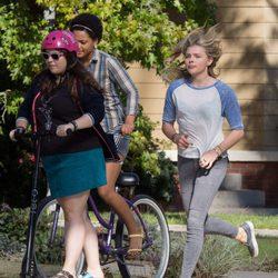 Chloe Moretz corriendo en el rodaje de 'Malditos Vecinos 2'