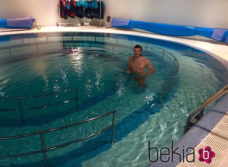Bale supuestamente desnudo en su piscina bekia for Piscinas actur