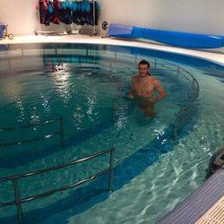 Bale, supuestamente desnudo en su piscina
