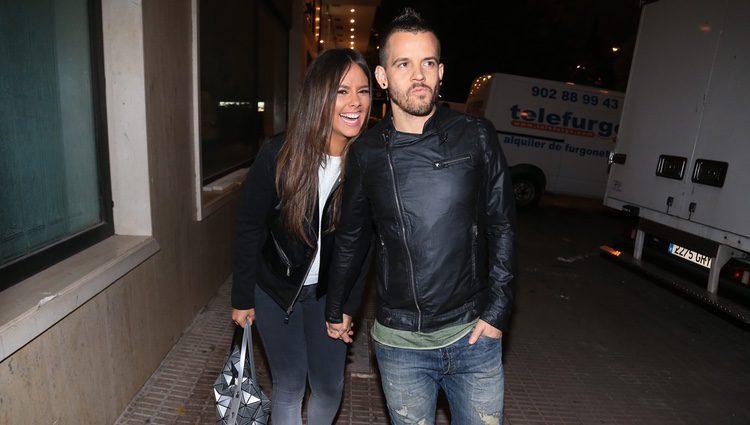 Cristina Pedroche y David Muñoz dando su paseo como matrimonio