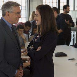 Robert De Niro y Anne Hathaway en una escena de 'El becario'