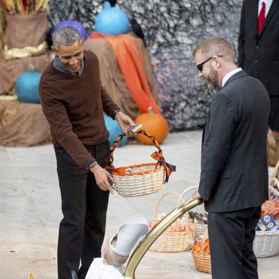 Barack Obama dando dulces por Halloween 2015 a un niño disfrazado de Papa