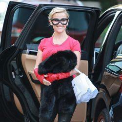 Reese Witherspoon llegando a una fiesta de Halloween 2015