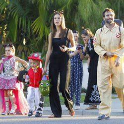 Alessandra Ambrosio y Jamie Mazur con sus hijos Anja y Noah llegando a una fiesta de Halloween 2015