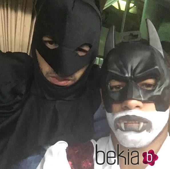Luis Suárez y Neymar disfrazados de Batman celebrando Halloween 2015