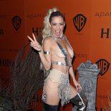 Jessica Sutta disfrazada de Miley Cyrus en la fiesta de Halloween 2015 de Adam Lambert