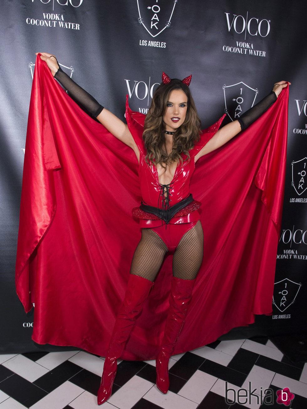 Alessandra Ambrosio disfrazada su vampiresa sexy en su fiesta Heaven and Hell de Halloween 2015