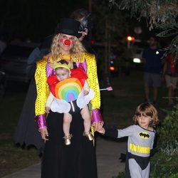 Molly Sims disfrazada junto a sus hijos en una fiesta de Halloween 2015