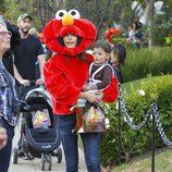 Jordana Brewster disfrazada junto a su hijo en una fiesta de Halloween 2015