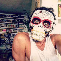 Paco León convertido en calavera mexicana para celebrar Halloween 2015