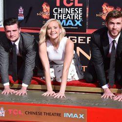 Jennifer Lawrence, Liam Hemsworth y Josh Hutcherson plasman su huellas en el Teatro Chino
