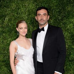 Amanda Seyfried y Ricardo Tisci en la entrega de los CFDA 2015/ Vogue Fashion Fund
