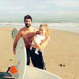 Yoli y Jonathan de 'GH 15' disfrutan de un día de surf con su hija Valeria