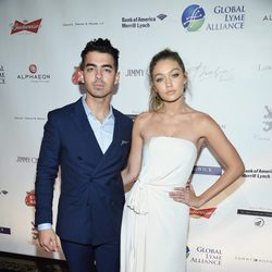 Gigi Hadid y Joe Jonas en la gala Alliance