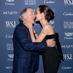 Angelina Jolie y Robert De Niro se saludan en los WSJ Innovator Awards 2015