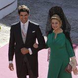 Cayetano Rivera con la madrina Encarna Fernández a su llegada a su boda con Eva González