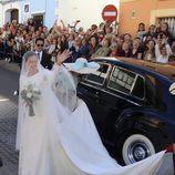 Eva González saludando a sus vecinos a su llegada a su boda con Cayetano Rivera