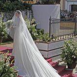 Eva González con un vestido de novia con una larguísima cola
