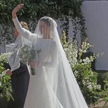Eva González saludando antes de entrar a la Iglesia para casarse con Cayetano Rivera