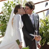 Eva González y Cayetano Rivera se besan tras su boda