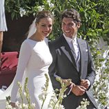 Eva González y Cayetano Rivera saliendo de la iglesia tras su boda