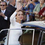 Eva González saludando antes de entrar al coche tras su boda con Cayetano Rivera
