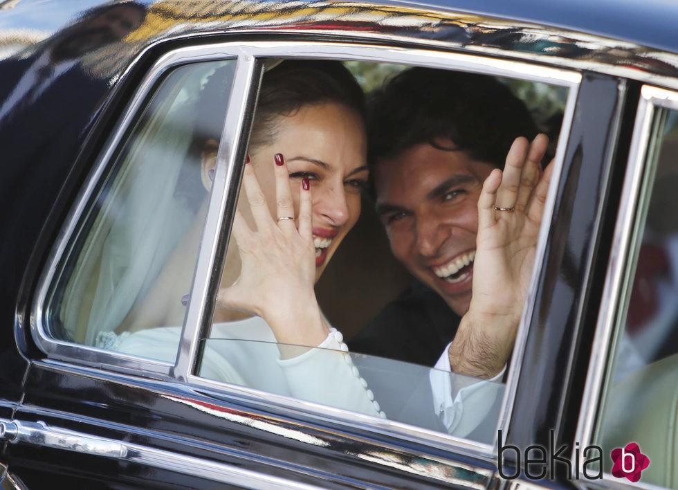 Eva González y Cayetano Rivera muy felices en el coche tras su boda