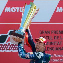 Jorge Lorenzo celebra su victoria en Valencia como campeón del mundo de MotoGP