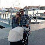 Yoli y Jonathan de 'GH 15' en el puerto de Valencia con su hija Valeria