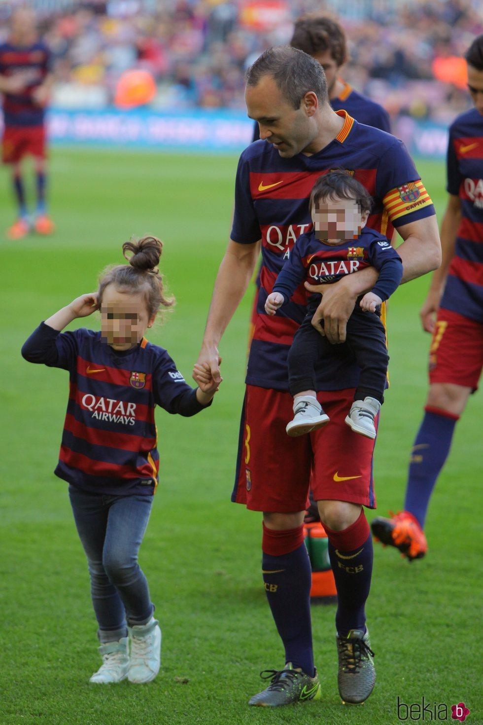 Andrés Iniesta Con Sus Hijos Valeria Y Paolo Andrea Por Primera Vez