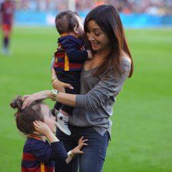 Anna Ortiz y Valeria Iniesta llevan por primera vez a Paolo Andrea al Camp Nou