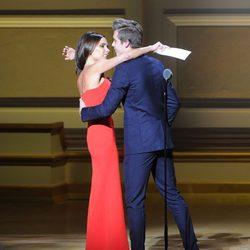 Victoria y Brooklyn Beckham abrazándose en los premios Glamour Mujer del Año 2015