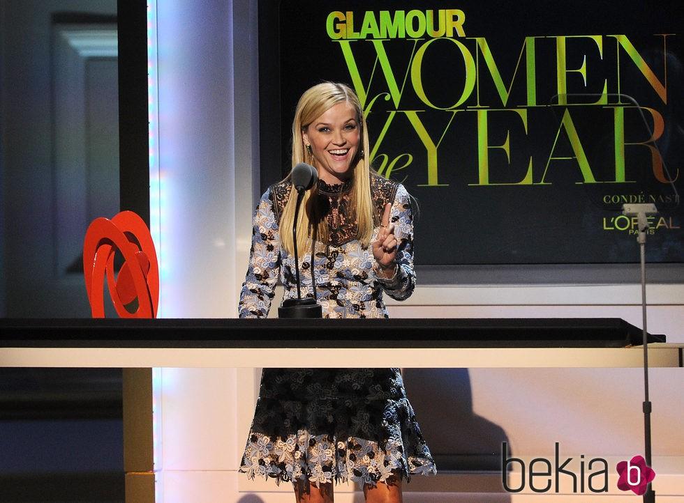 Reese Whiterspoon con su galardón en los premios Glamour Mujer del Año 2015
