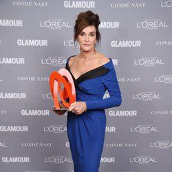 Caitlyn Jenner con su galardón en los premios Glamour Mujer del Año 2015
