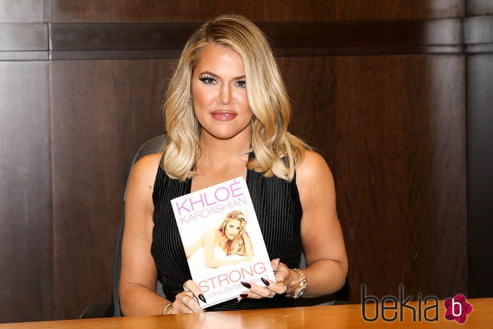 Khloe Kardashian en la presentación de su primer libro