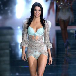 Kendall Jenner desfilando en el Victoria's Secret Fashion Show 2015