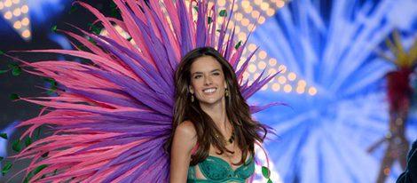 Alessandra Ambrosio desfilando en el Victoria's Secret Fashion Show 2015