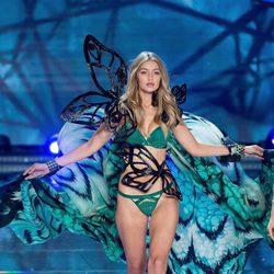 Gigi Hadid desfilando en el Victoria's Secret Fashion Show 2015