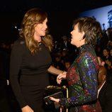 Kris Jenner y Caitlyn Jenner charlando en el Victoria's Secret Fashion Show 2015