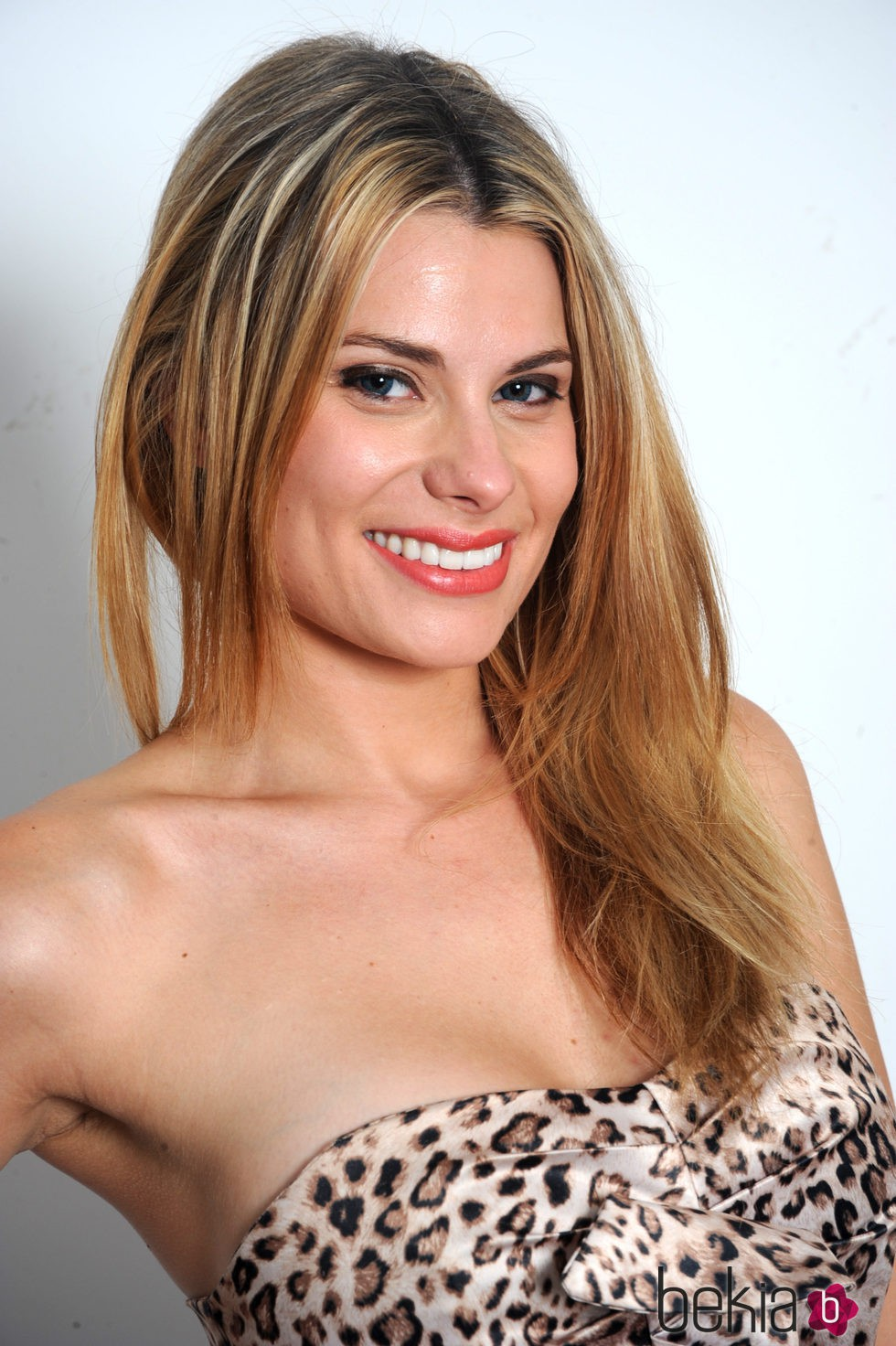 María Lapiedra muy sonriente con un top animal print de