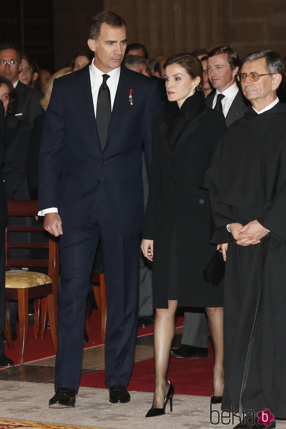 Los Reyes Felipe y Letizia en el funeral del Infante Carlos