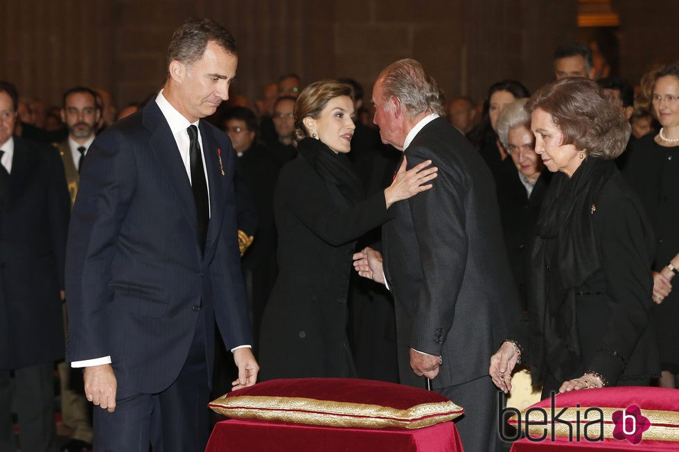 Los Reyes Felipe y Letizia saludan a los Reyes Juan Carlos y Sofía en el funeral del Infante Carlos