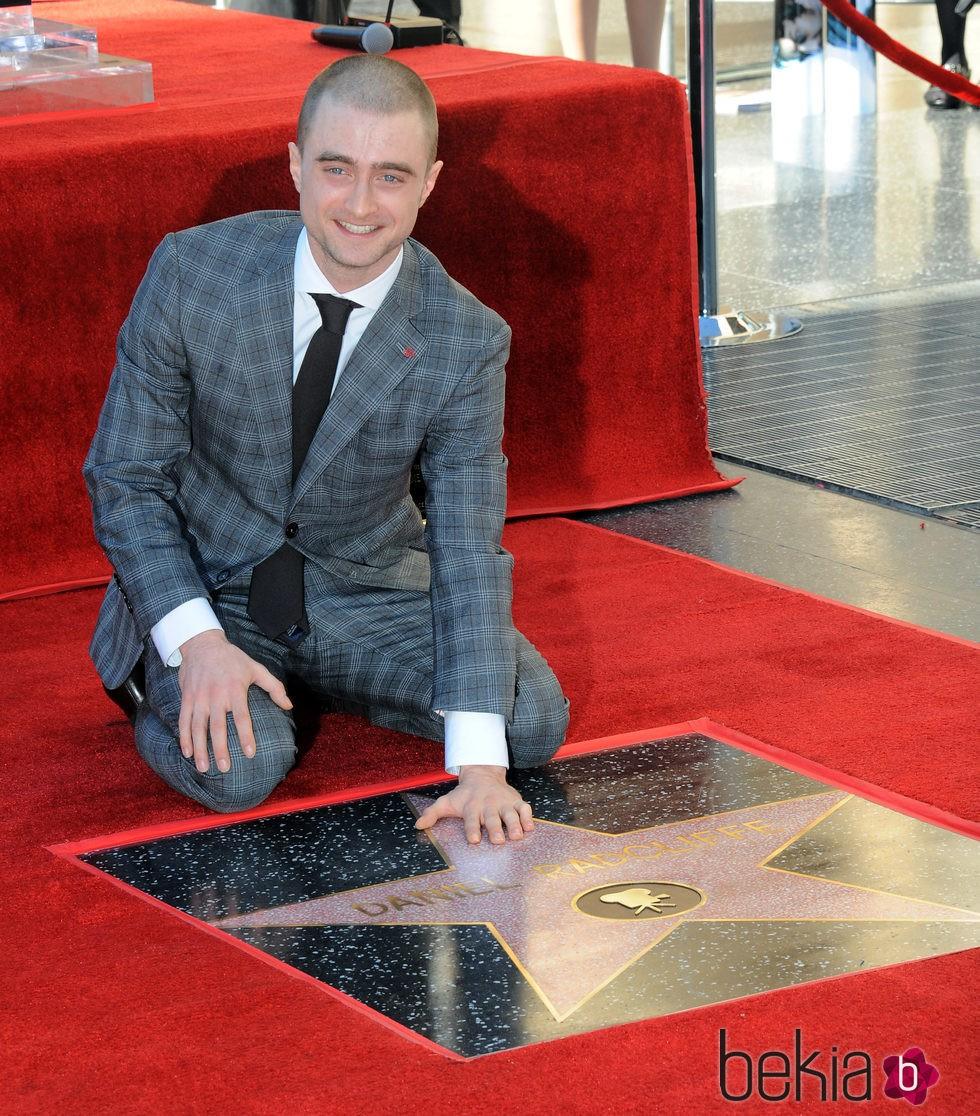 Daniel Radcliffe con su estrella en el Paseo de la Fama de Hollywood