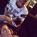 Ezequiel Garay da el biberón a su hija Shaila junto a Tamara Gorro